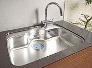 水はね音を軽減するステンレス静音シンク。ワイドサイズで、水切りプレートとまな板を装備しています。