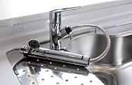 浄水・原水切替式の一体型水栓。引き出して使えるのでシンクのお掃除も簡単です。