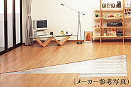 """室内の空気を汚さず足元からの輻射熱による""""頭寒足熱""""の健康的な床暖房。足元からお部屋の空気全体をあたためるので快適です。"""