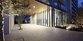 2層分の高さに大きなキャノピー(庇)を設けて、悠然たる構えを演出したグランドエントランスアプローチ。キャノピー内にも樹々を配することで潤い豊かな空間としました。全420邸のレジデンスにふさわしい序章です。