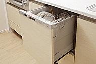 シンクのすぐ近くにレイアウトすることで、食器の出し入れに水ダレも気にならず、作業動線が短く効率的です。