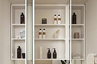 鏡裏の収納スペースに小物類も収納できる鏡裏収納付三面鏡を採用しています。