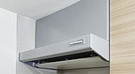 清掃性・デザイン性を向上させたレンジフードを採用。日常のお手入れは、フラットな整流板を拭くだけです。