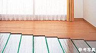 足元からやさしく部屋全体を暖めるガス温水式床暖房を採用。床下にあらかじめ設置され、温度ムラや塵の舞い上げもなく室内を清潔に保つことができます