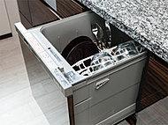 食器洗い乾燥機をキッチンキャビネットにビルトイン。スライド式なので食器の出し入れがスムーズに行えます。