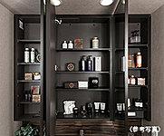 三面鏡にはくもり止め機能(中央鏡のみ)を持たせ、鏡の裏側には化粧品や小物などの収納空間を設けました。