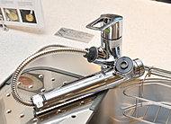 浄水・原水切替式の一体型水栓。シャワーヘッドを引き出して使えるのでシンクのお掃除も簡単です。