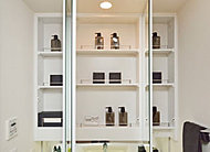 鏡裏の収納スペースに小物類を収納できる鏡裏収納付三面鏡を採用しています。