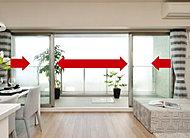 バルコニーに面するリビング・ダイニングには、4枚のサッシが左右に開く開放的な窓を採用しました。(一部タイプ除く)