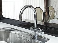 浄水カートリッジをシンク下に設置したアンダーシンクタイプ複合水栓を採用。ひとつの水栓で水・お湯・浄水の使い分けができます。