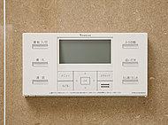お湯張りから適温ストップまでマイコンまかせの全自動。湯量や湯温を確かめに浴室まで何度も足を運ぶ必要がありません。