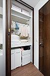 すっきりと心地よい生活空間を実現し続けるために、お客さまで異なる持ち物に柔軟に対応するマルチ収納スペースを設置。
