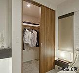 主寝室に大型のウォークインクロゼットを確保。衣類だけではなく、かさばる生活用品やシーズンオフの家電製品なども収納できます。※一部タイプのみ。