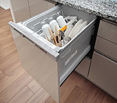 空間がスッキリするビルトインタイプ。スイッチひとつで洗浄から乾燥までを自動で行い、家事の負担を減らしてくれます。