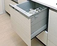 約5人分の食器(40点)を一度に洗浄可能。出し入れしやすいスライドタイプで、静音・省エネ仕様です。