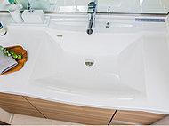 清掃性に配慮した継ぎ目のない一体成形カウンター一体型洗面ボウル