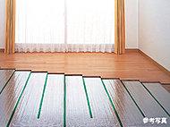 足元からやさしく部屋全体を暖めるガス温水式床暖房を採用しています。
