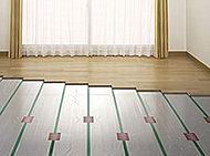 塵や埃が舞い上がりにくく、足元から効率的かつ健康的に温める床暖房を採用。