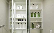 洗面台の鏡の裏に豊富な収納を確保。洗面室の整理にも役立ちます。