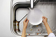 料理中の排水が野菜くずなどを集めて流してくれる新水路構造。※フィレオストーン天板セレクトの場合に限る。