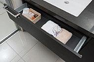 ヘアブラシや化粧品などの小物をスッキリ収納できます。