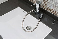 スノズルが伸びて、洗面ボウルのお掃除などに便利な水栓を採用しました。