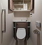 トイレには、タンクを収納してすっきりとした空間をつくり、お掃除用品などの収納にも便利なキャビネットトイレを設置しました。