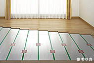 温水を循環させて暖めるTES温水式床暖房を設置。風でホコリを巻き上げることもなく、心地よく体を温めます。