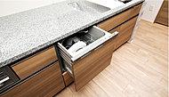 食事の後片付けの手間を省く、食器洗い乾燥機を標準装備。手洗いに比べ使用水量を抑えることが期待できます。