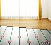 リビング・ダイニングには、空気を汚さず、足もとから室内全体を優しく暖める床暖房を装備。