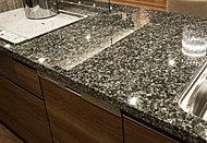 カウンター天板には風合い豊かで重厚感あふれる天然御影石を採用。上質なキッチン空間を演出します。
