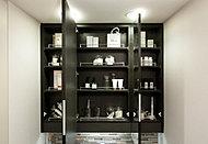 三面鏡の裏側に洗面小物や化粧品などを置けるスペースやドライヤーフックを設置しました。