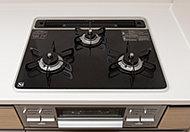 キッチンには、ガラストップのガスコンロを採用。見た目の美しさだけでなく、掃除のしやすさにも配慮。