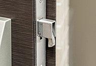 デッドボルトの鎌部が枠に引っかかるので、バールなどによる玄関ドアのこじ開けを困難にします。