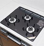 キッチンには、見た目が美しいだけでなく、掃除も容易なガラストップコンロを採用しています。