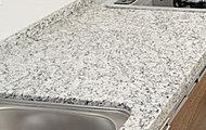 キッチンの天板には上質感と重厚感が広がる天然石(御影石)を採用しています。