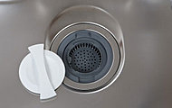 気になる生ゴミを簡単処理。排水口で粉砕するのでゴミ出しの量と手間を軽減することができます。※1