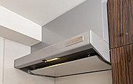 操作リモコンをマグネットで好きな場所に移動可能。汚れやすい整流板は、清掃性に優れたホーローです。