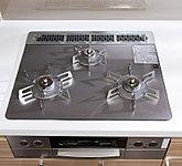 キッチンには、見た目が美しいだけでなく、掃除も容易なガラストップのガスコンロを採用。