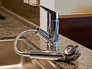 キッチンの水栓には、使いやすいハンドシャワー水栓を採用。お料理はもちろんシンクのお手入れにも大変便利です。