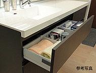 ヘアピンなどの散らかりがちな小物を、デッドスペースだったボウル下を利用してすっきり収納できます。可変式の収納パーツは取り外して洗え便利です。