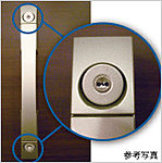 玄関ドアの2ヶ所に鍵穴を設けたダブルロックで防犯効果を高めています。