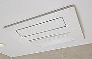 微粒子の霧と上記が浴室を満たすミストサウナ機能を備えた浴室暖房乾燥機。