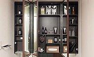 化粧品など必要なものを鏡裏にすっきり収納。三面鏡扉はフレーム付きなので、開閉時に鏡につきやすい汚れも目立ちにくくしました。