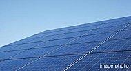 通常時は太陽光と商用系統から充電し夜間等に一部の電気を放電します。非常時には共用部の一部のコンセントや照明に供給し電気をご利用いただけます。