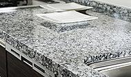 キッチンのカウンター天板には風合い豊かな重厚感が広がる天然御影石を採用。上質なキッチン空間を演出します。