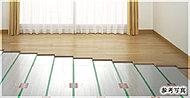 部屋全体を足もとから温める床暖房システムを採用。温水式なので天井まで均一な室温を保ち、頭寒足熱の身体に優しく心地よい暖かさを実現します。