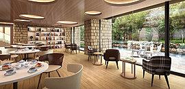 ドリンクと軽食が楽しめるカフェは、中庭に面した気持ちいい空間。本棚には青山ブックセンターセレクトの本が並び、思い思いに過ごせます。