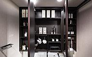 洗面化粧台には家具調のデザインの三面鏡収納を採用。化粧品など必要なものがすっきりと収まり、毎日の生活にとても便利です。
