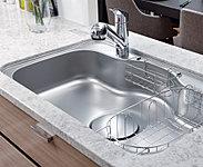システムキッチンには、フライパンや大型の中華鍋などもゆったり丸ごと洗える、ワイドサイズのシンクを採用。